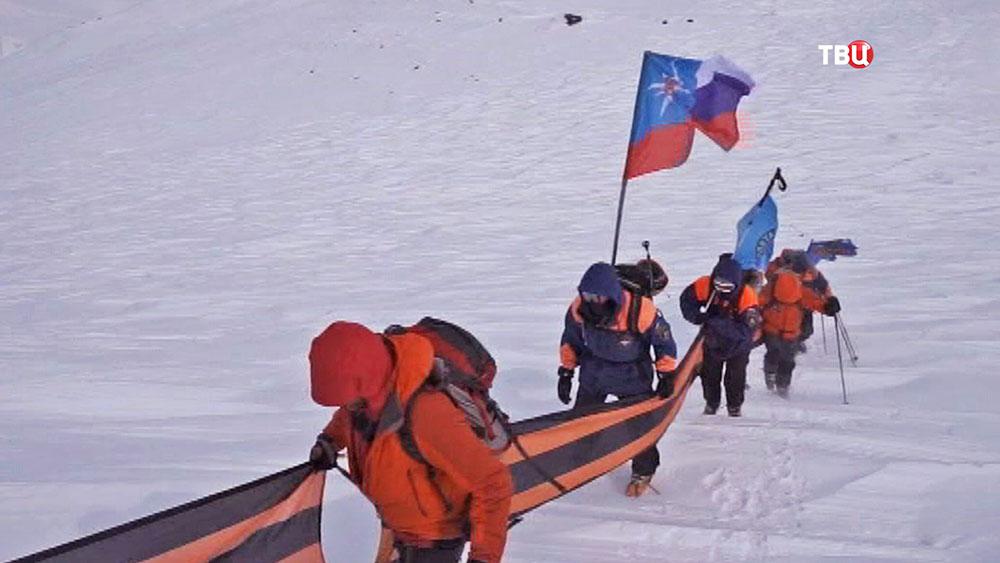 На вершину Авачинского вулкана водружают символ Победы