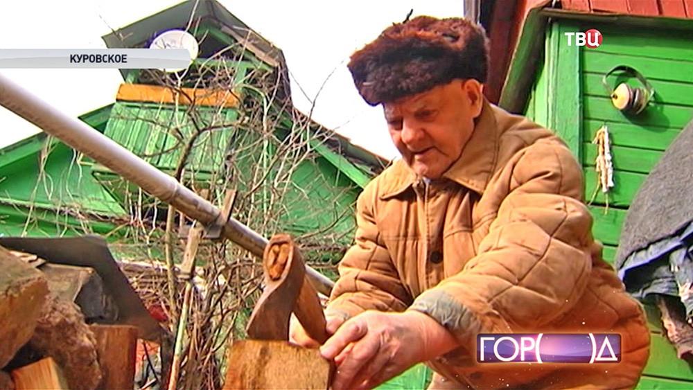 Ветеран рубит дрова
