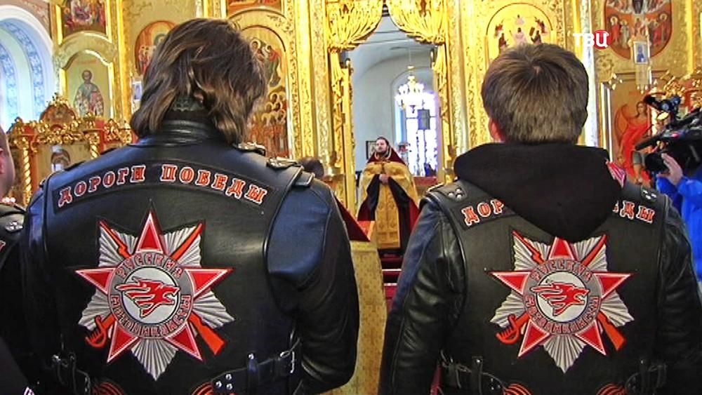 """Мотоциклисты из всероссийского клуба """"Ночные волки"""" в храме"""