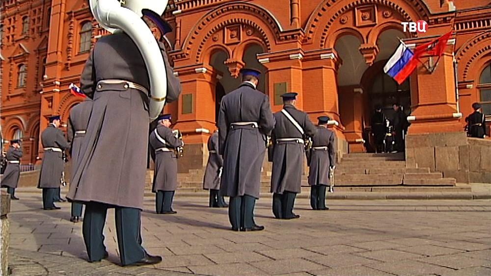 Военный оркестр играет у здания Исторического музея