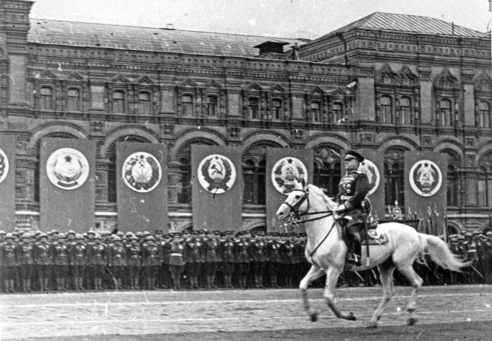 Маршал Георгий Жуков принимает парад победы на Красной площади