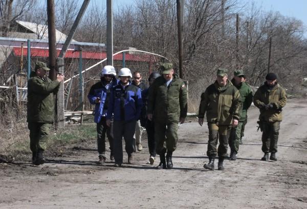 Представители ОБСЕ осматривают поселок в Донецкой области
