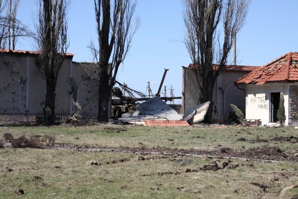 Разрушенные постройки в Донецкой области