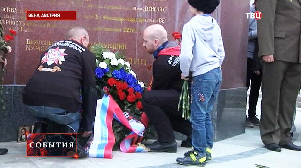 """""""Ночные волки"""" возложили цветы к памятнику Воину-освободителю в Вене"""