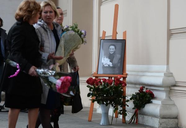 Цветы у Большого театра в память о балерине Майе Плисецкой