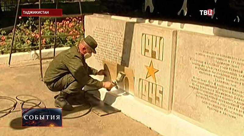Военнослужащие российской базы реставрируют исторические образцы бронетанковой техники в Таджикистане