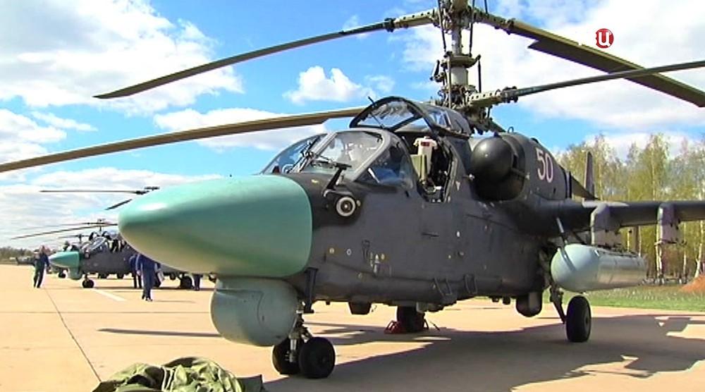 Военный вертолет на аэродроме