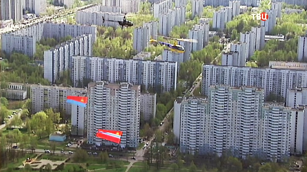 Вертолеты пронесли Знамя Победы и флаги советских республик над Москвой