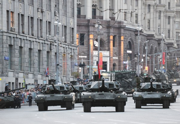 """Танки Т-14 на гусеничной платформе """"Армата"""" во время репетиции военного парада в Москве"""