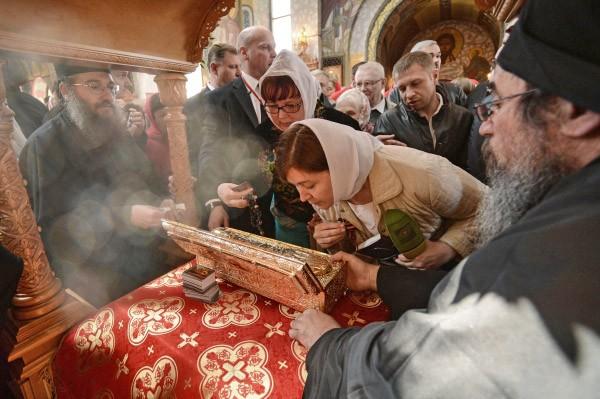 Верующие прикладываются к мощами Георгия Победоносца