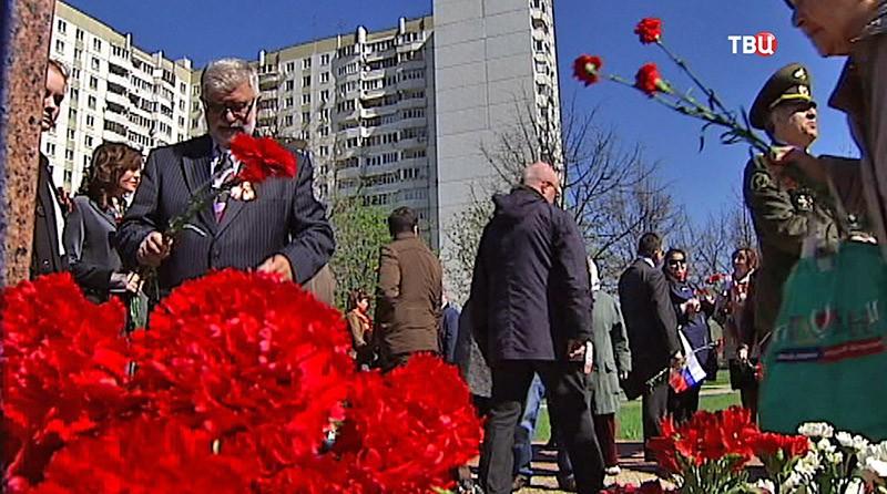 Жители Москвы почтили память погибших медиков
