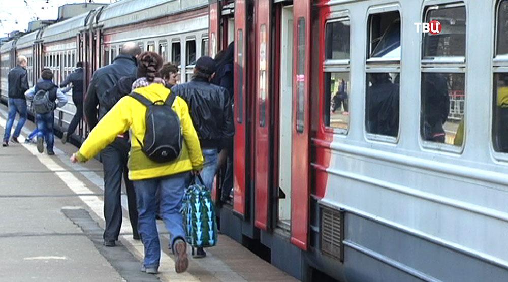 Безбилетники перебегают из вагона в вагон электрички