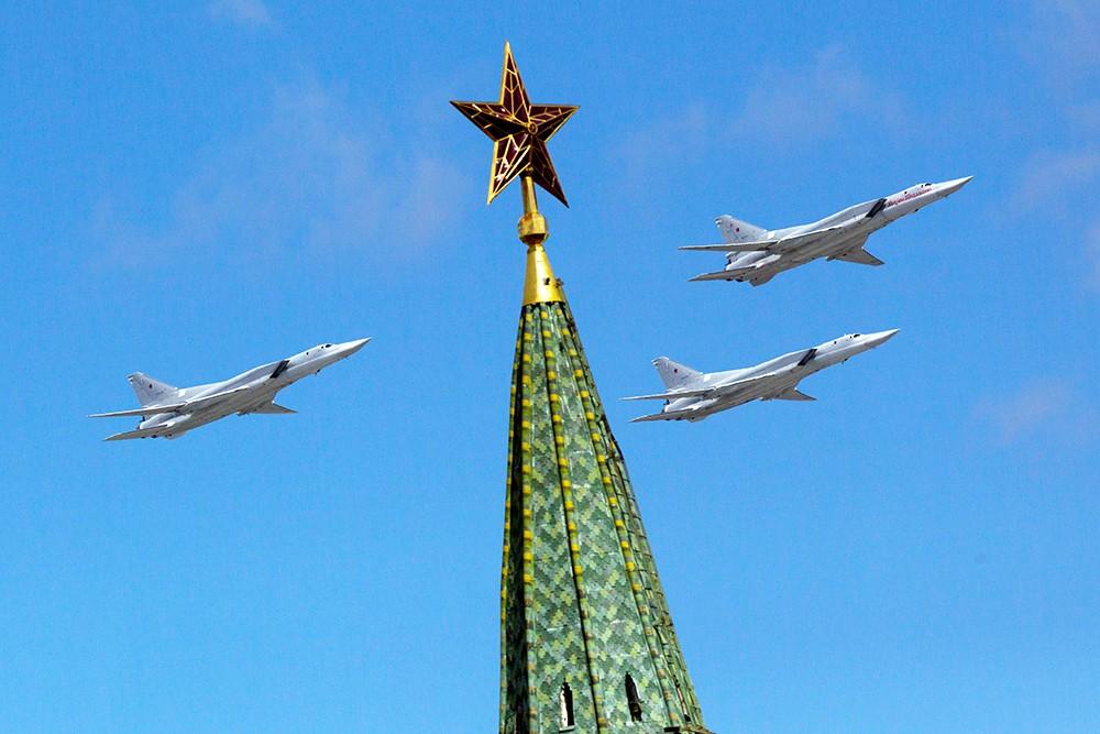 Военная авиация над Красной площадью