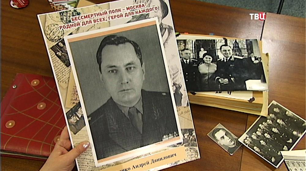 """Участница акции """"Бессмертный полк"""" демонстрирует фотографию своего деда"""