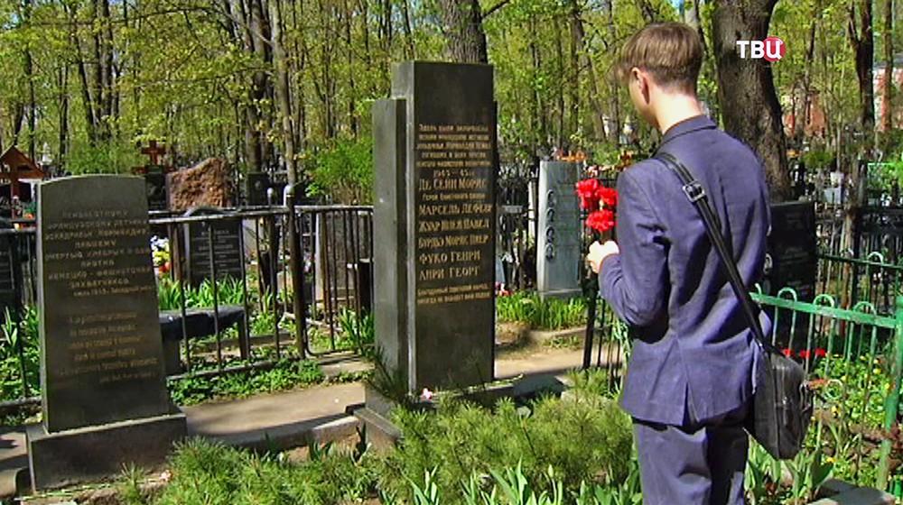 """Московские школьники у могил лётчиков авиаполка """"Нормандия - Неман"""""""