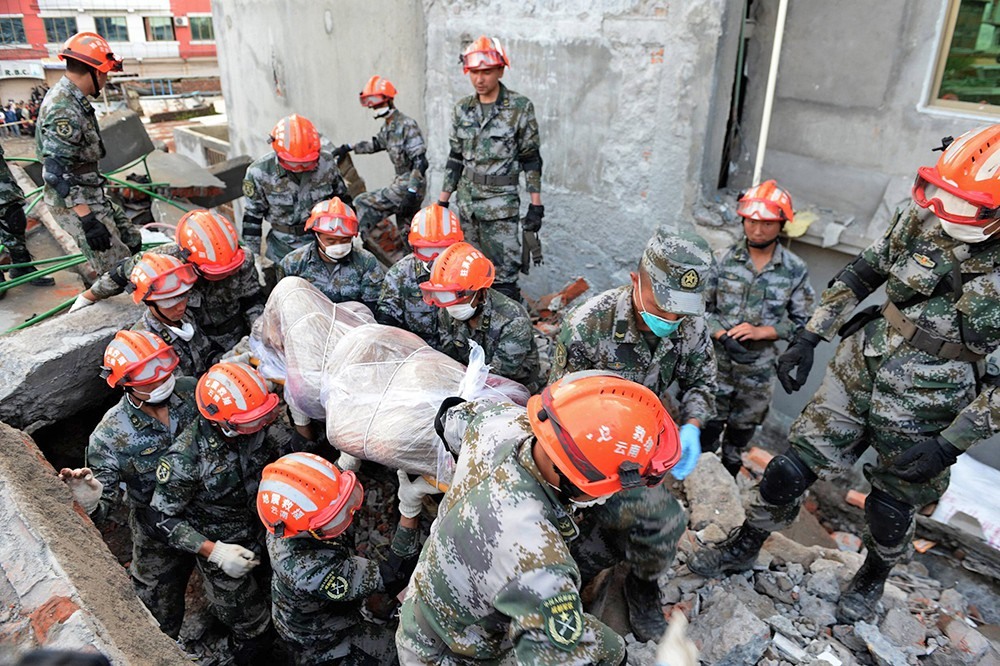Спасатели переносят тела погибших при землетрясении в Непале