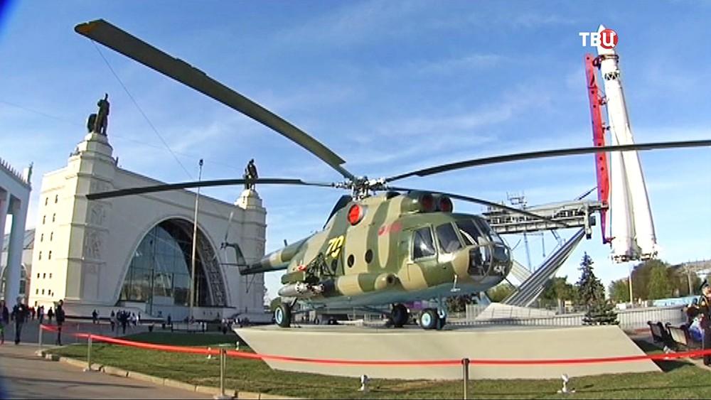 Вертолёт Ми-8Т в экспозиции военной техники на ВДНХ