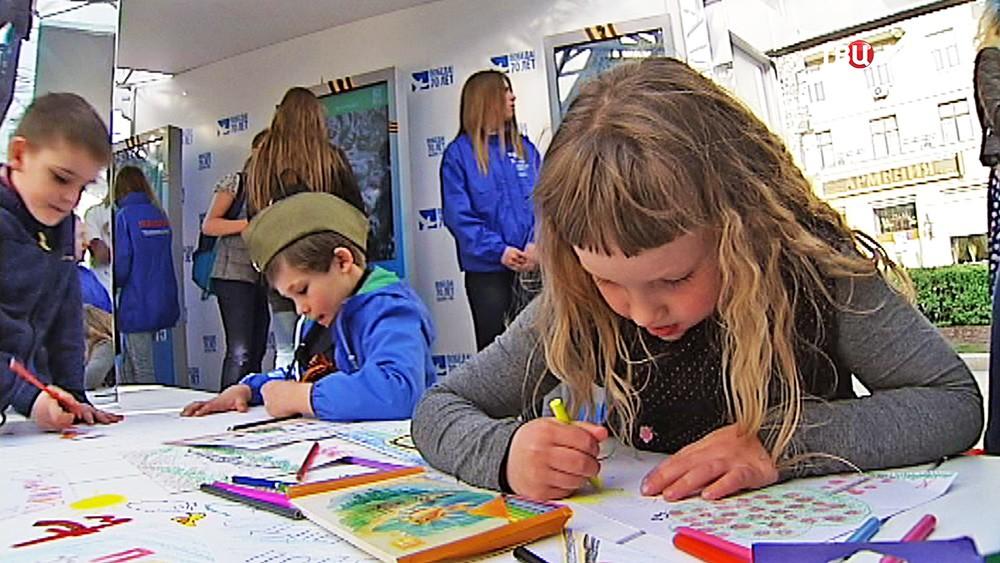 Дети рисуют поздравления для ветеранов