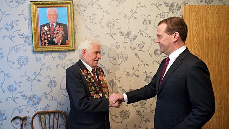 Дмитрий Медведев поздравляет ветерана