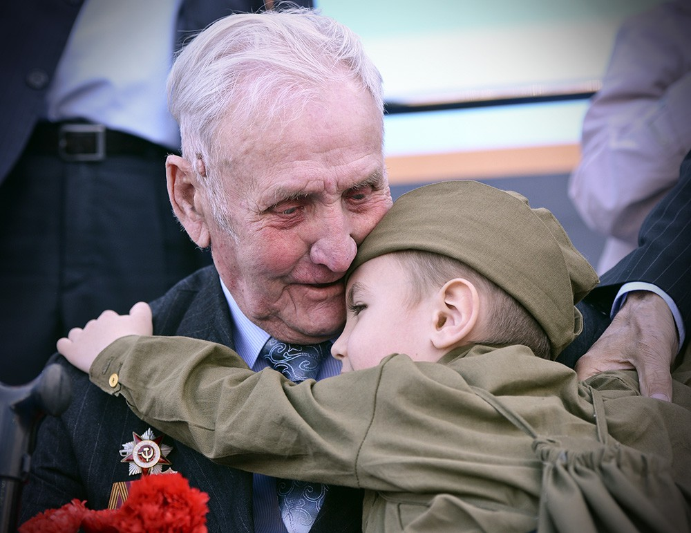 Мальчик благодарит ветерана за победу
