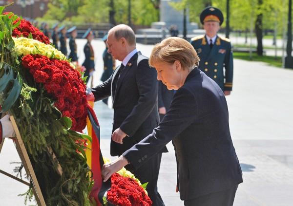 Президент Российской Федерации Владимир Путин и канцлер Федеративной Республики Германия Ангела Меркель на церемонии возложения цветов к Могиле Неизвестного солдата