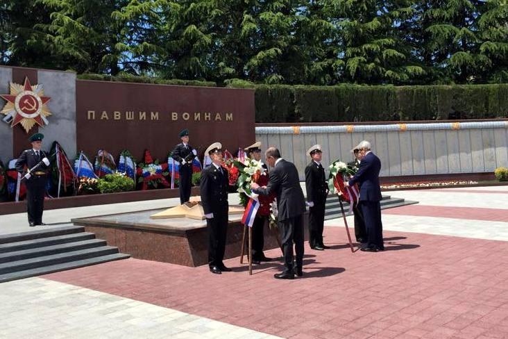 Джон Керри и Сергей Лавров возложили венки к мемориалу в Сочи