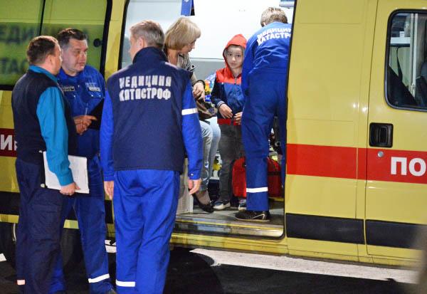 Сотрудники МЧС РФ встречают детей прибывших спецбортом МЧС РФ для дальнейшего лечения