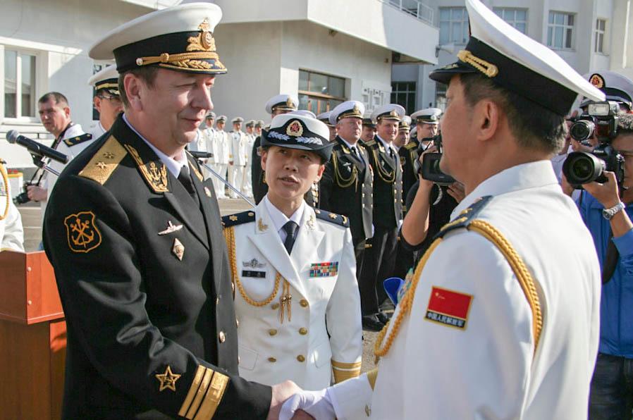 Заместитель главнокомандующего ВМФ РФ вице-адмирал Александр Федотенков и заместитель командующего ВМС КНР вице-адмирал Ду Цзинчэнь