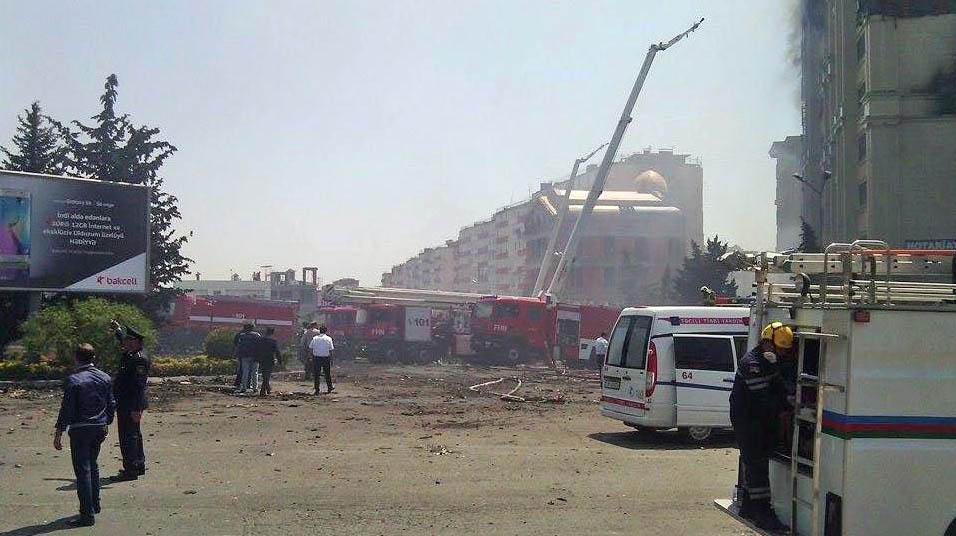 Пожарные на месте возгорания жилого дома в Баку