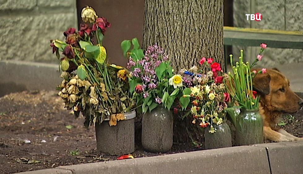 Траурные цветы на месте происшествия