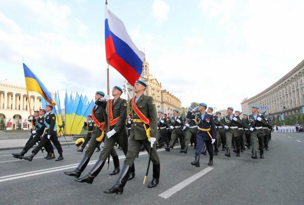 Российские и украинские десантники во время совместного парада военнослужащих Вооруженных сил Украины и России в Киеве