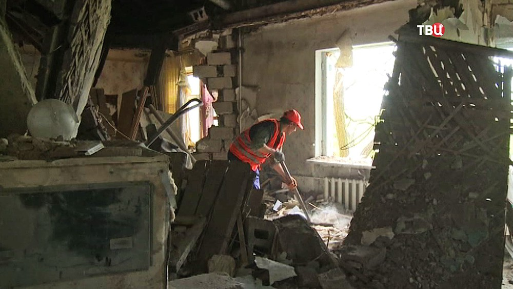 Ремонтные службы устраняют последствия обстрела кварталов Донбасса