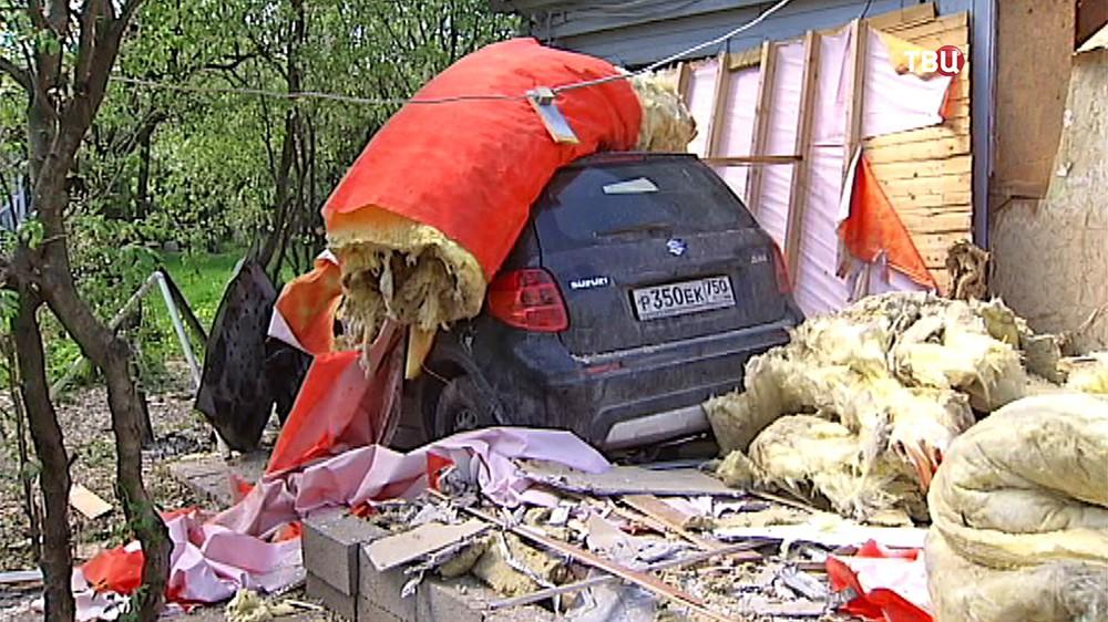 Автомобиль врезался в частный дом