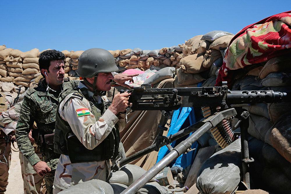 Военнослужащие Иракского Курдистана ведут стрельбу