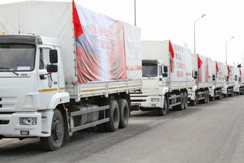 Колонна грузовых автомобилей МЧС с гуманитарной помощью для жителей Донбасса