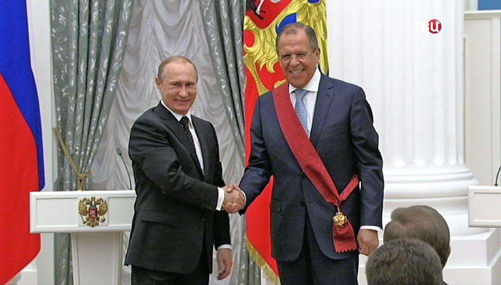 Президент России Владимир Путин награждает главу МИД России Сергея Лаврова