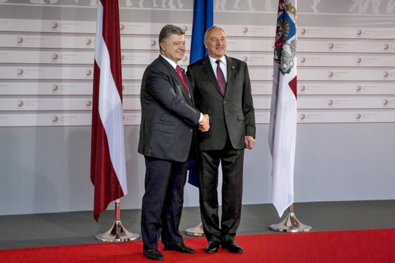 Президент Украины Пётр Порошенко и президент Латвии Андрис Берзиньш
