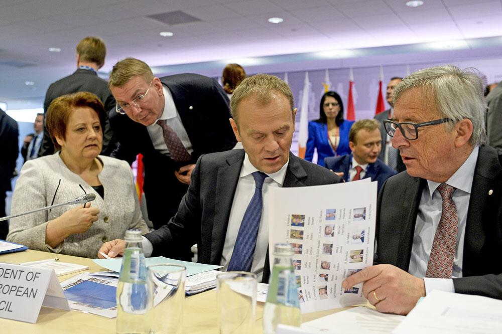 Премьер-министр Латвии Лаймдота Страуюма, президент Европейского совета Дональд Туск и председатель европейской комиссии Жан-Клод Юнкер