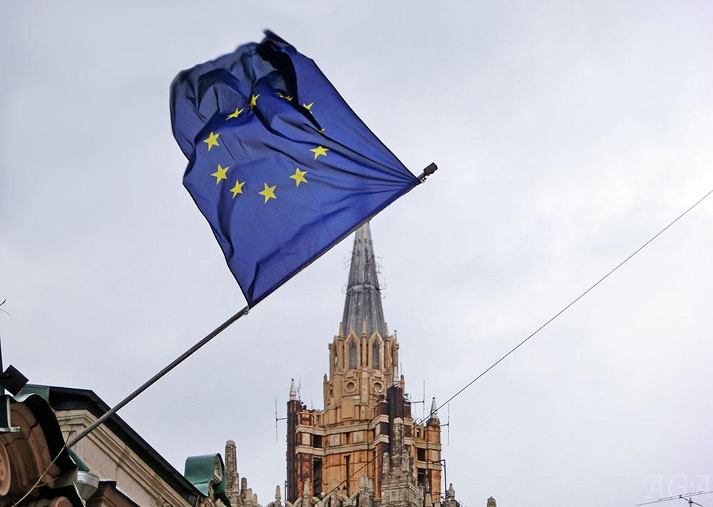 Флаг Евросоюза на фоне здания МИД России