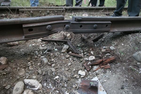 На месте взрыва на железнодорожных путях