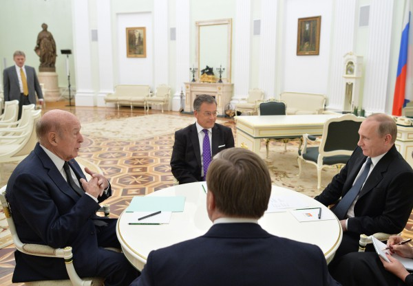 Президент России Владимир Путин и экс-президент Франции Валери Жискар д'Эстен во время встречи