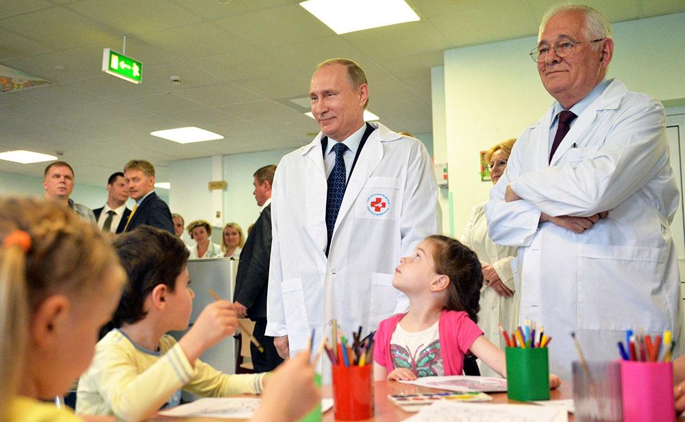 Владимир Путин и Леонид Рошаль в НИИ неотложной детской хирургии и травматологии