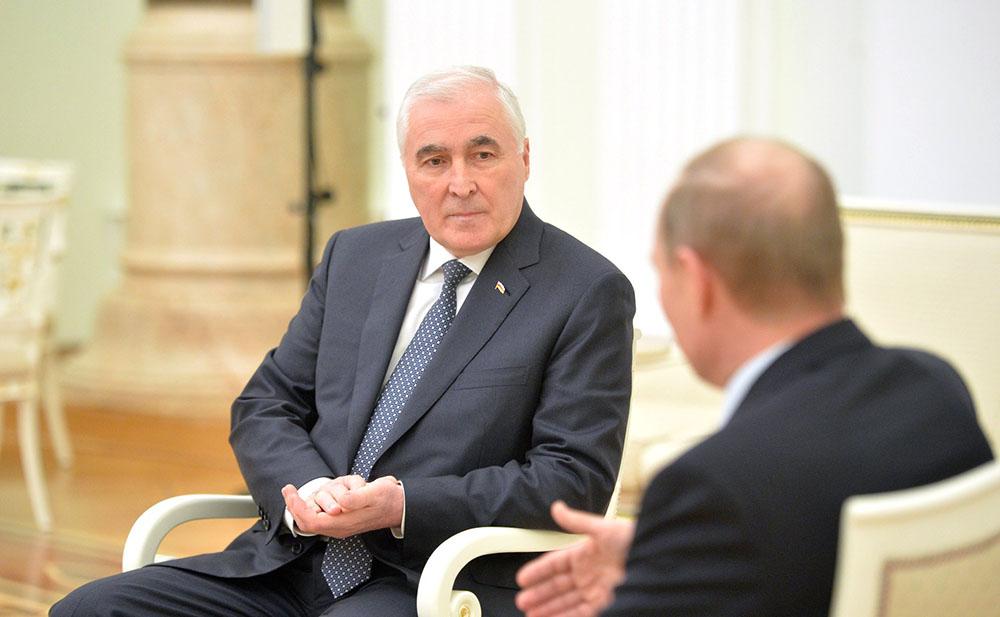 Президент Южной Осетии Леонид Тибилов и президент России Владимир Путин