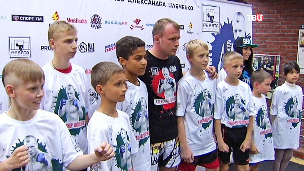 Боец Александр Шлеменко и юные спортсмены
