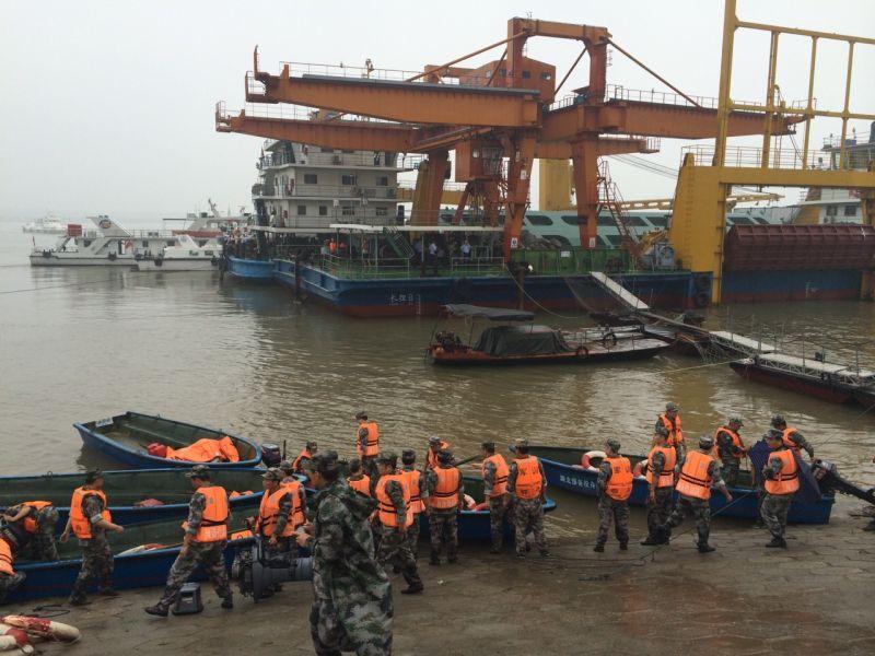 Китайские спасатели на берегу Янцзы у места катастрофы туристического лайнера