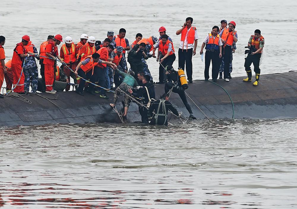 Китайские спасатели на месте крушения туристического лайнера
