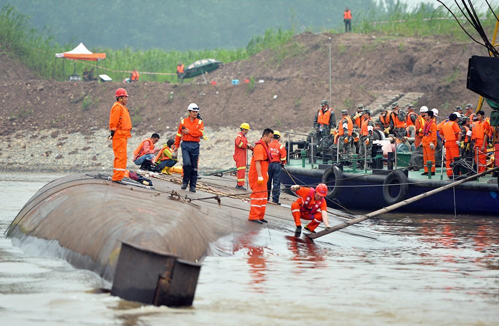 "Китайские спасатели на месте крушения туристического лайнера ""Звезда Востока"""