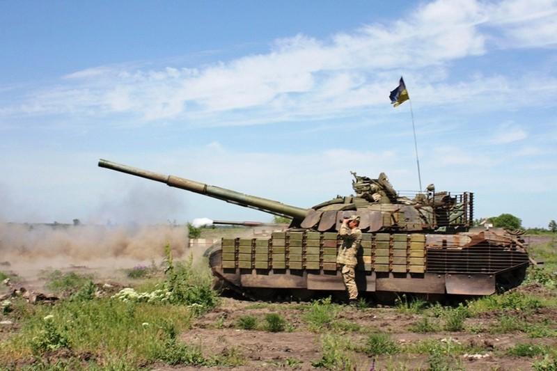 Украинские танки ведут обстрел в Донбассе
