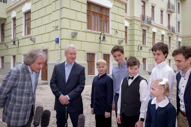 Сергей Собянин у музыкальной школы имени Гнесиных
