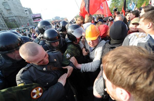 """Сотрудники правоохранительных органов оттесняют участников акции """"Марш миллионов"""" во время шествия на Болотной площади"""
